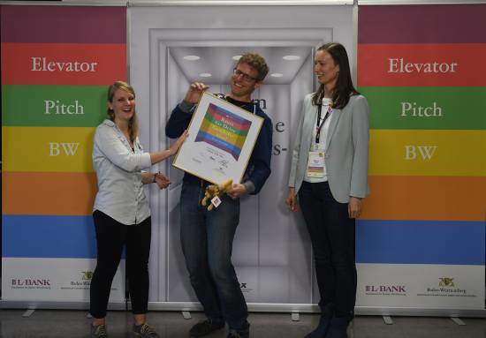 wasni-Gründer Daniel Kowalewski beim Empfang der Siegerurkunde des Social Impact Cup Baden-Württemberg 2017