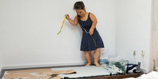 Nadine Feist beim entwerfen neuer Sweater